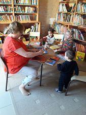 Enfants dans une bibliothèque