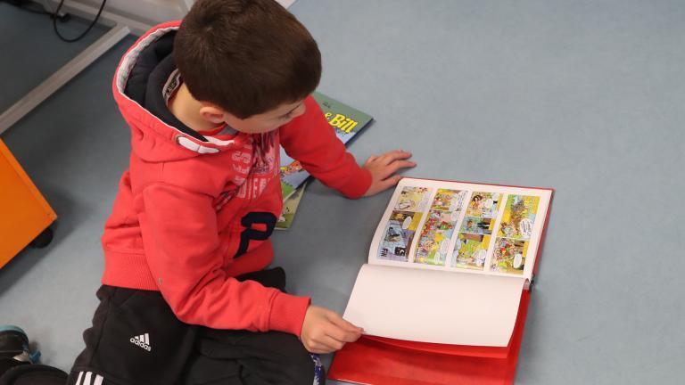 Enfant qui lit bd